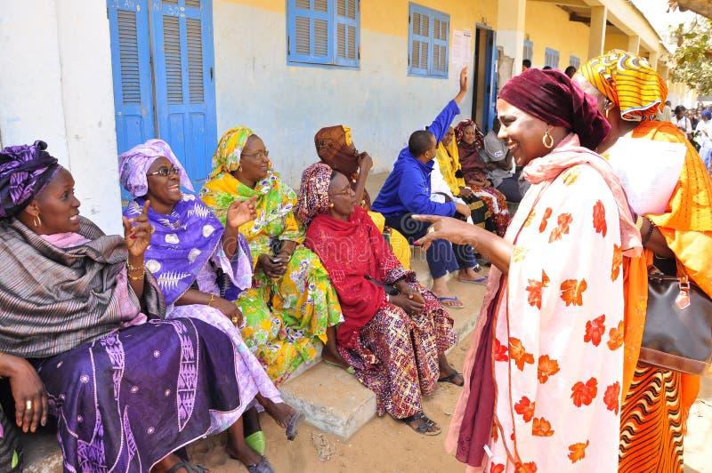 prata senegalese kvinnor arkivbild