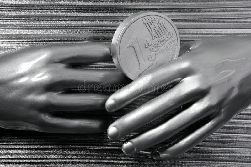 Prateie euro- moedas nas mãos futuristas do robô imagem de stock