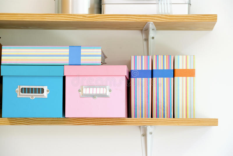 Prateleira com caixas e álbum de fotografias imagens de stock royalty free