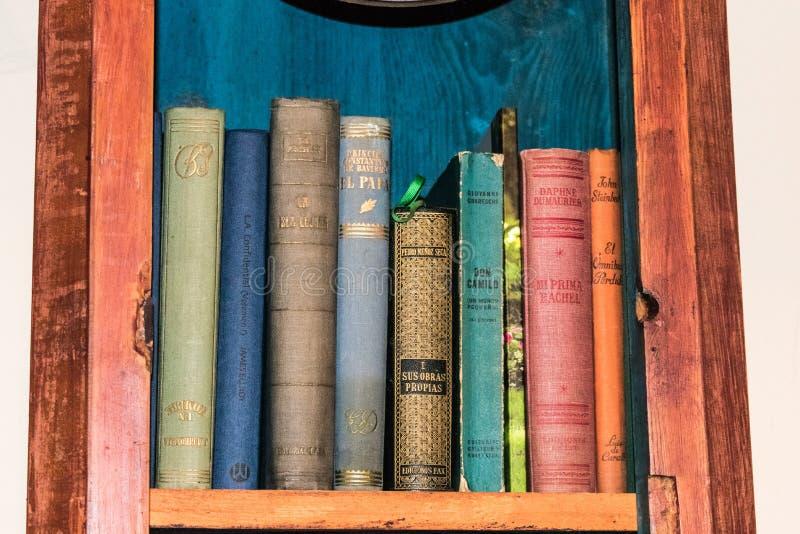 Prateleira com livros e papéis imagem de stock