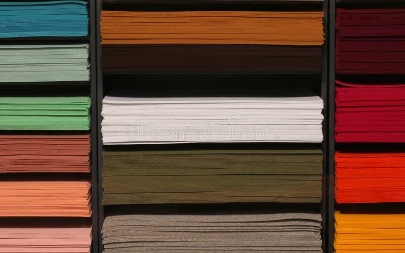 Prateleira com partes de feltro colorido na loja das miudezas feltro foto de stock