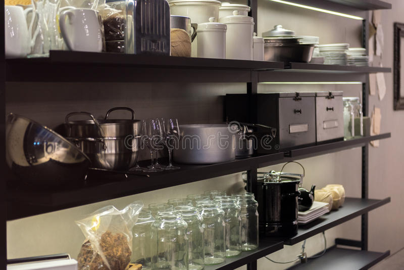 Prateleira comercial da cozinha imagem de stock