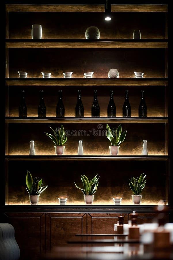 Prateleira da barra com relâmpago das garrafas por lâmpadas conduzidas foto de stock royalty free