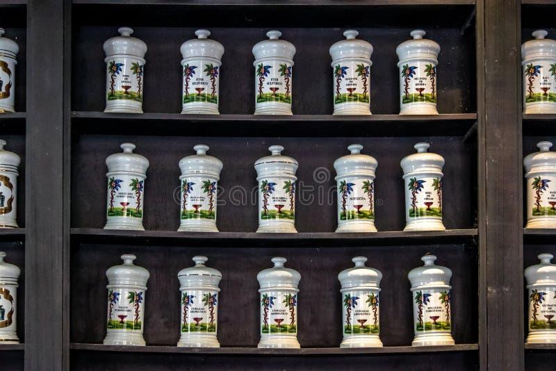 Prateleira da medicina no interior da farmácia velha - Havana, Cuba imagens de stock