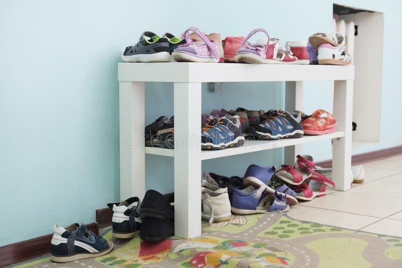 prateleira da sapata com sapatas das crianças fotos de stock royalty free
