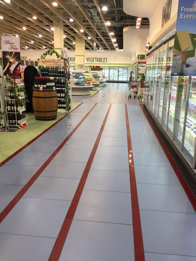 Prateleira de exposição do vinho das compras na mercearia ao longo do corredor e do congelador fotos de stock royalty free