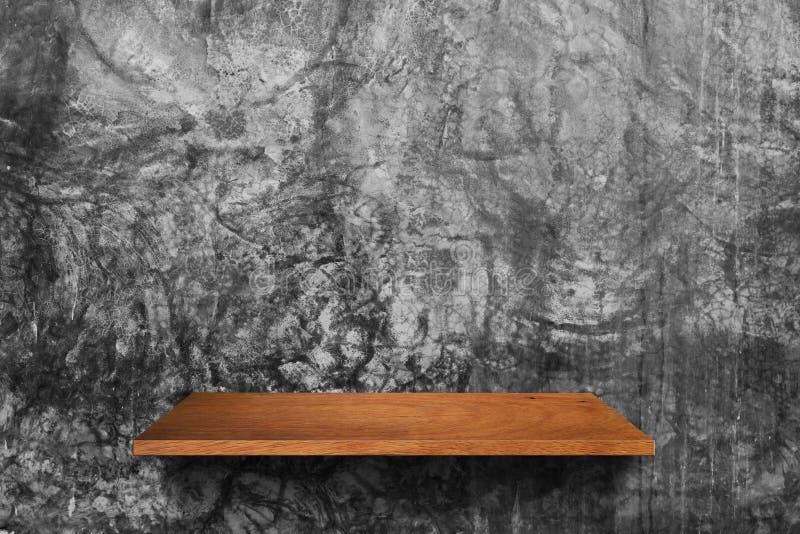 Prateleira de madeira no fundo da parede do cimento fotografia de stock