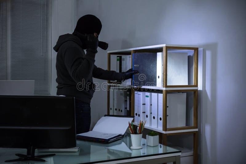 Prateleira de Stealing File From do ladrão imagens de stock royalty free