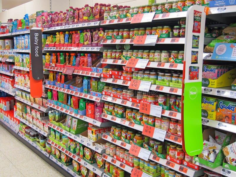 Prateleira do comida para bebê em uma loja. imagens de stock
