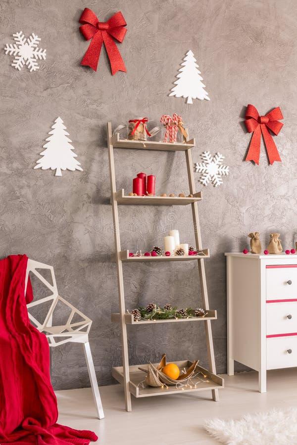 Prateleira do Natal na sala de visitas foto de stock royalty free