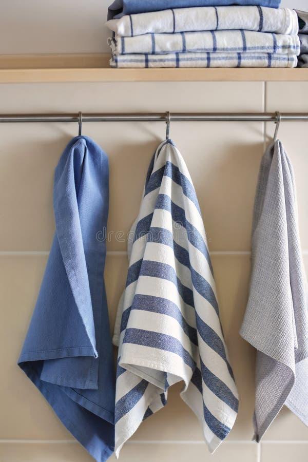 Prateleira e cremalheira com as toalhas de cozinha limpas imagens de stock
