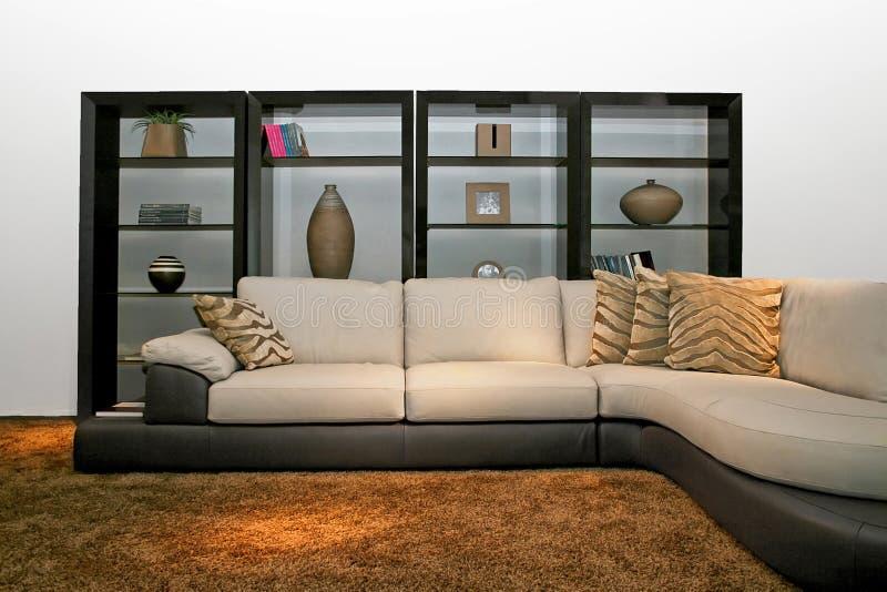 Prateleira e sofá fotos de stock
