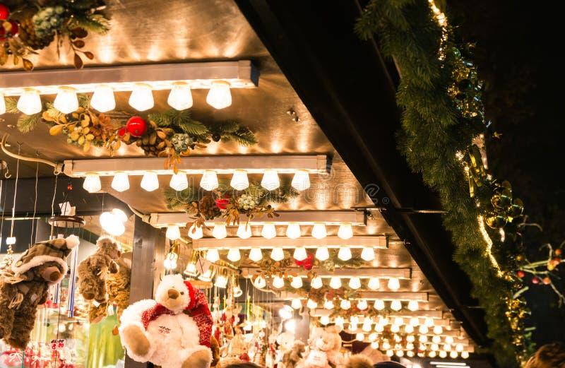 Prateleira europeia das lâmpadas do telhado do suporte das luzes do detalhe do mercado do Natal fotografia de stock