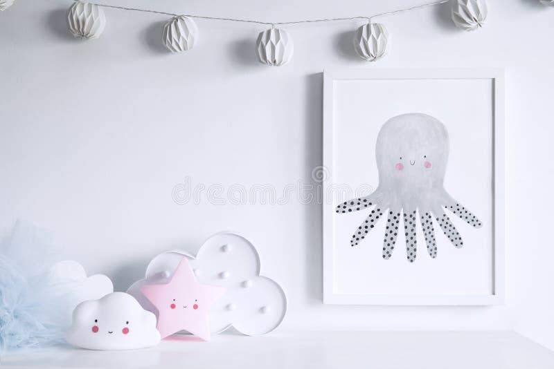 Prateleira recém-nascida escandinava à moda do bebê com zombaria acima do quadro da foto, da caixa, do urso de peluche e dos brin fotografia de stock royalty free