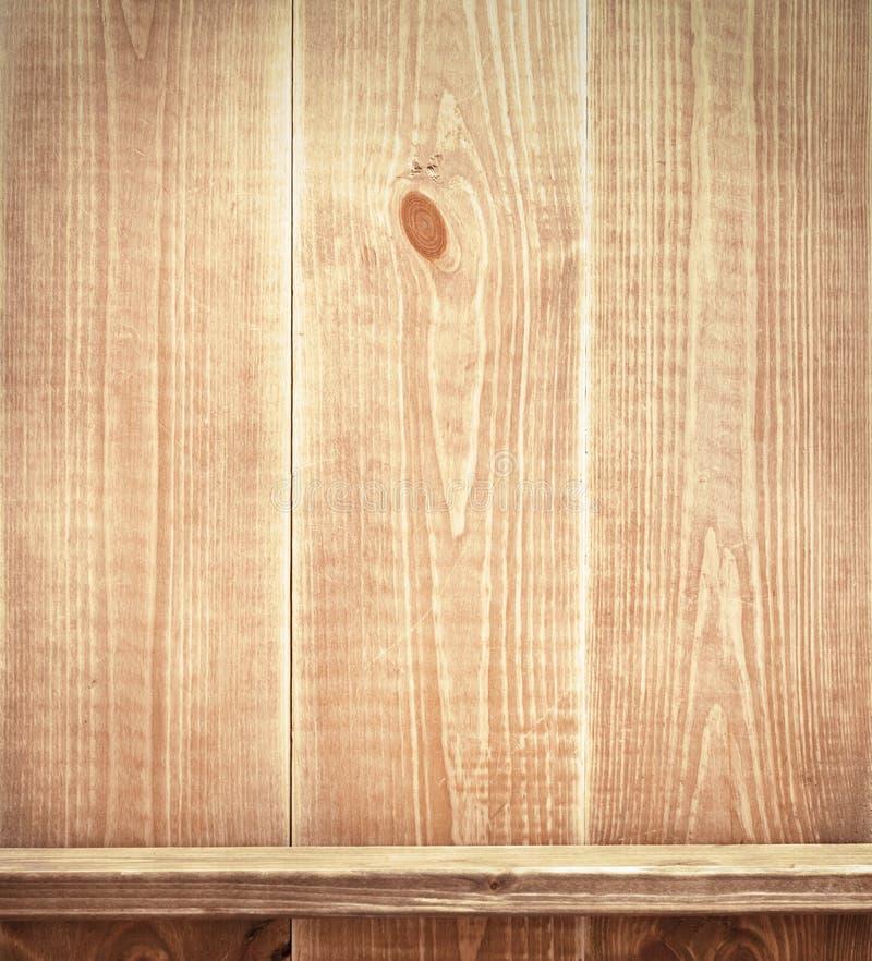 Prateleira vazia na parede de madeira fotografia de stock