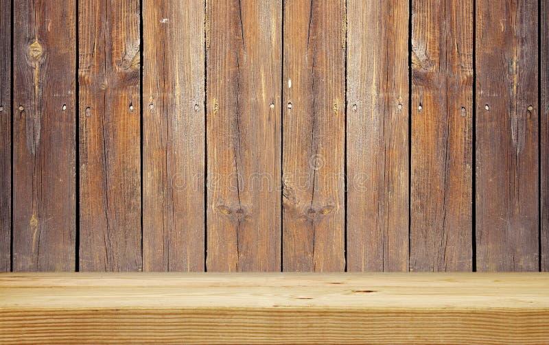Prateleira vazia na parede de madeira da prancha fotografia de stock