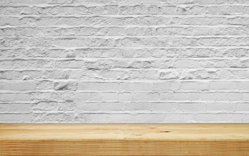 Prateleira vazia na parede de tijolo branca imagens de stock