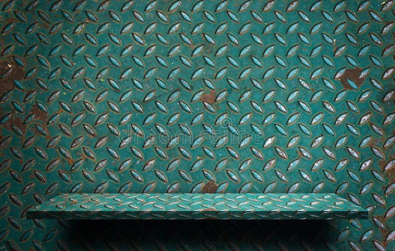 Prateleira verde rústica vazia do metal para a exposição fotos de stock