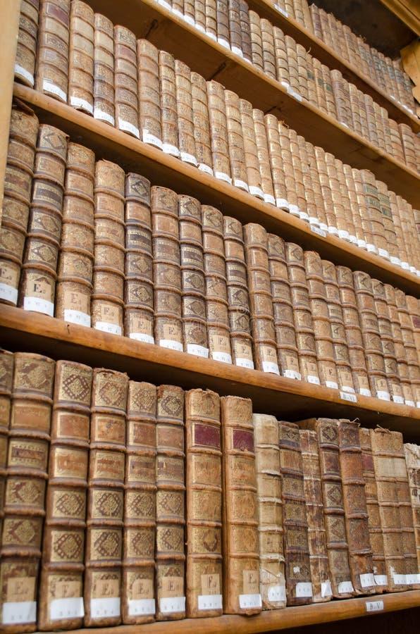 Prateleiras antigas da biblioteca com livros velhos imagens de stock