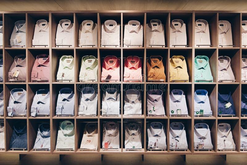Prateleiras com camisas fotos de stock royalty free