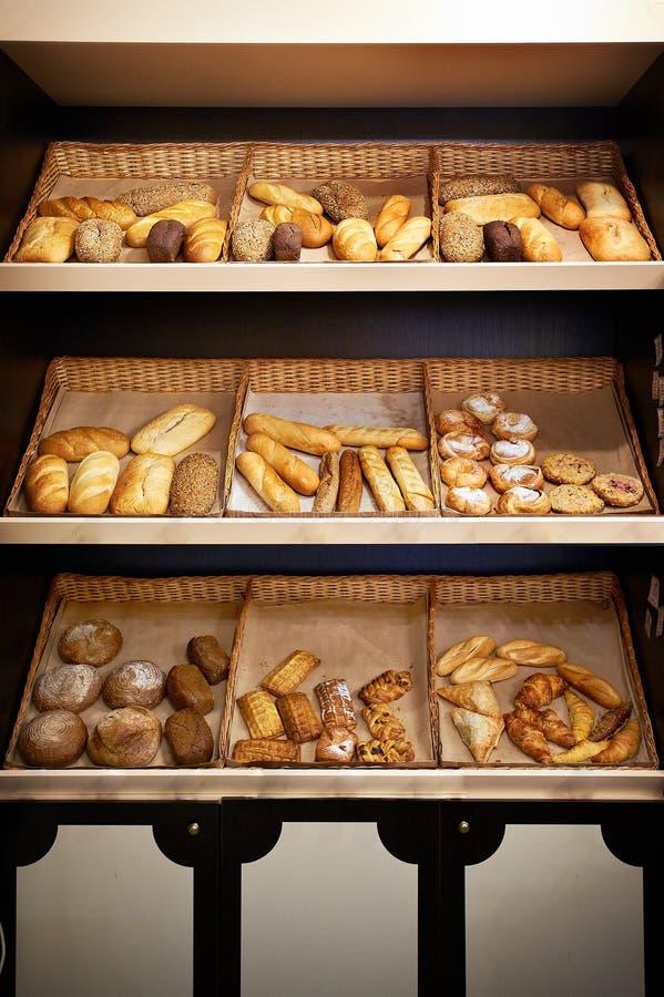Prateleiras com pão na loja imagens de stock
