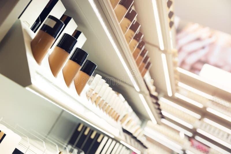 Prateleiras com produtos de composição em uma loja dos cosméticos fotos de stock royalty free