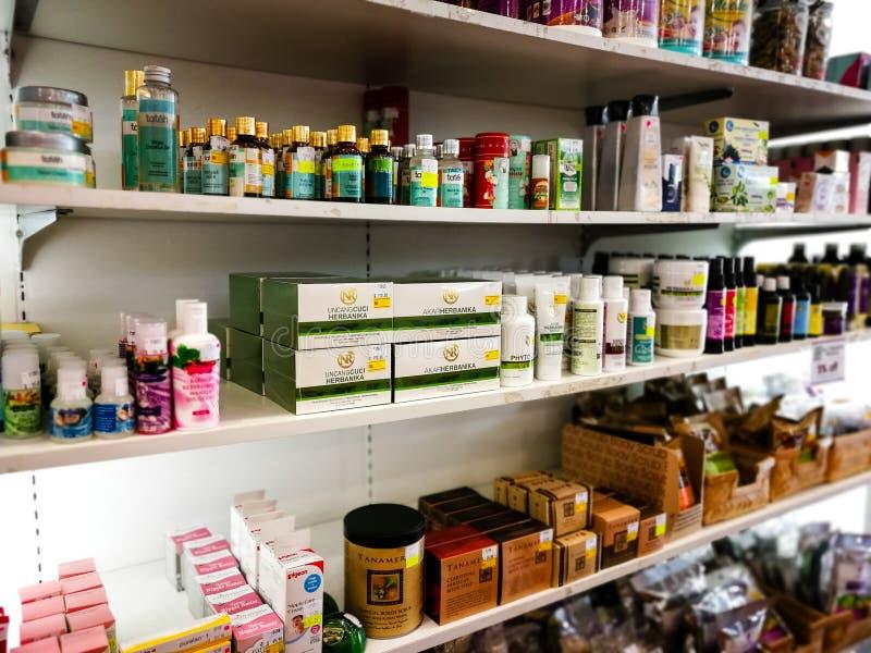 Prateleiras com a variedade de produtos do bebê na loja para a venda fotos de stock royalty free