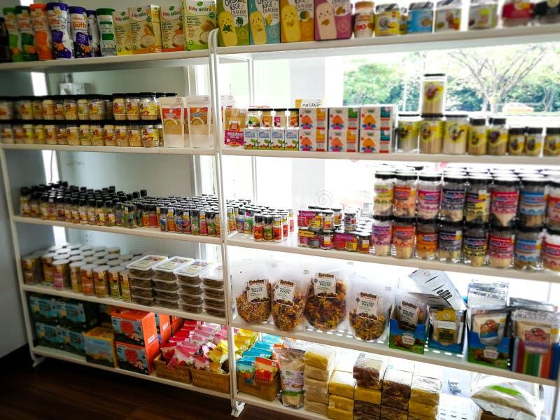 Prateleiras com a variedade do comida para bebê de vários fabricantes na loja para a venda fotos de stock