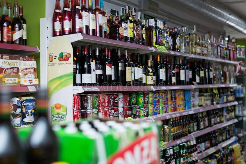 Prateleiras com vinho, cerveja e refrescos foto de stock