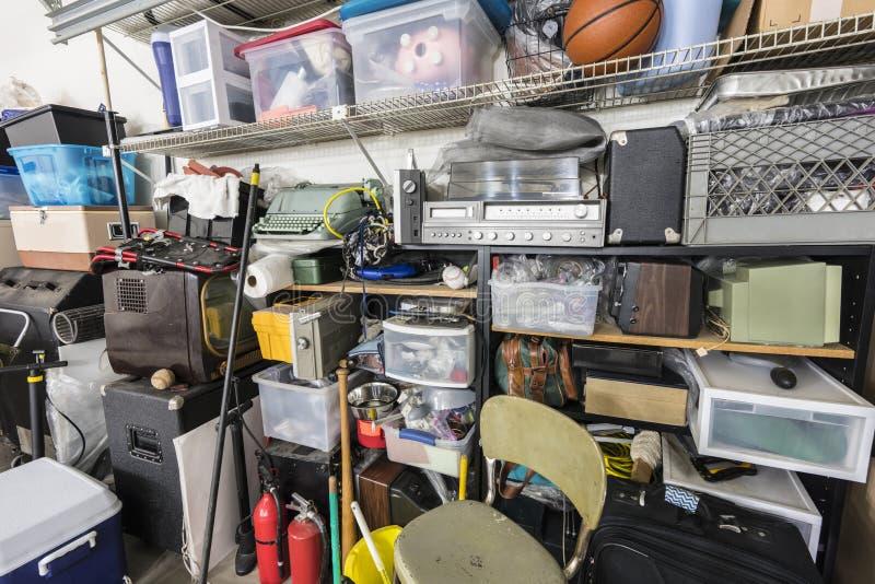 Prateleiras completas da sucata da garagem do vintage imagem de stock royalty free