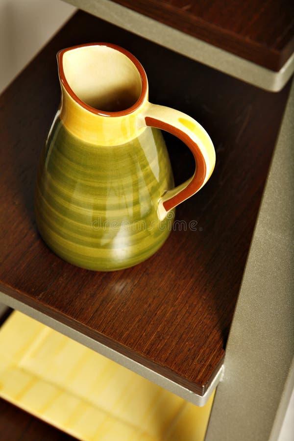 Prateleiras simples da cozinha foto de stock