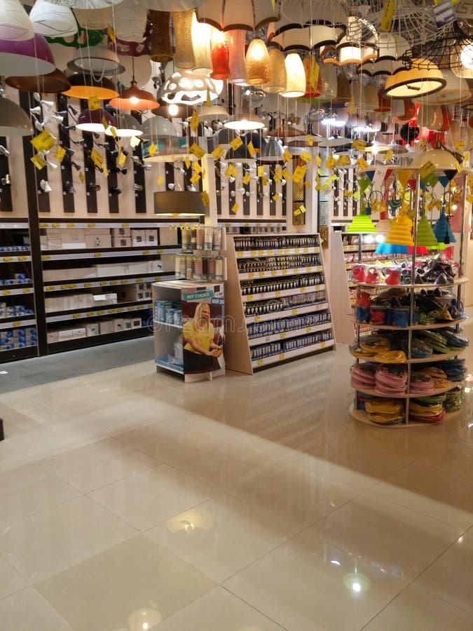 Prateleiras das lâmpadas no supermercado fotos de stock
