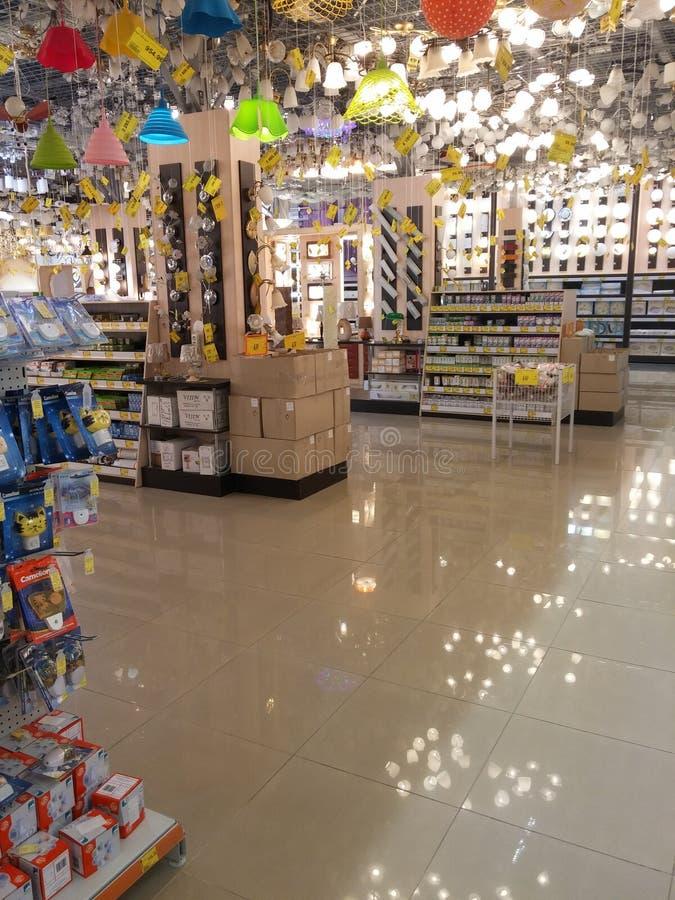 Prateleiras das lâmpadas no supermercado fotografia de stock