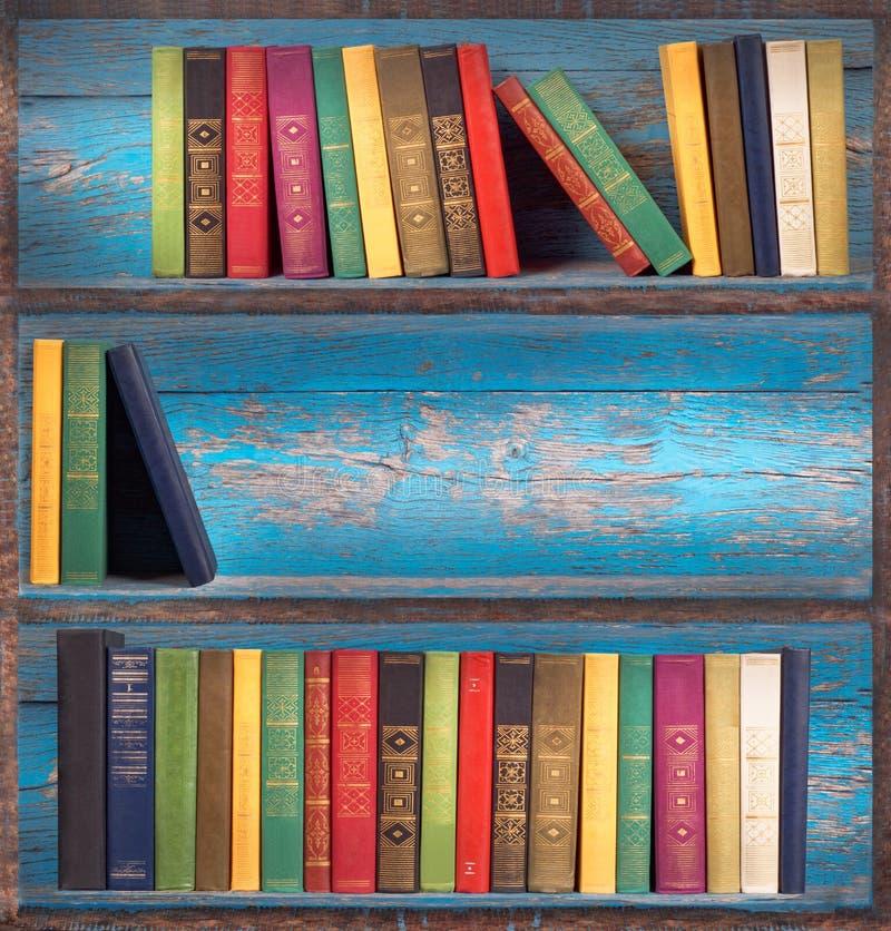 Prateleiras de madeira com livros imagens de stock