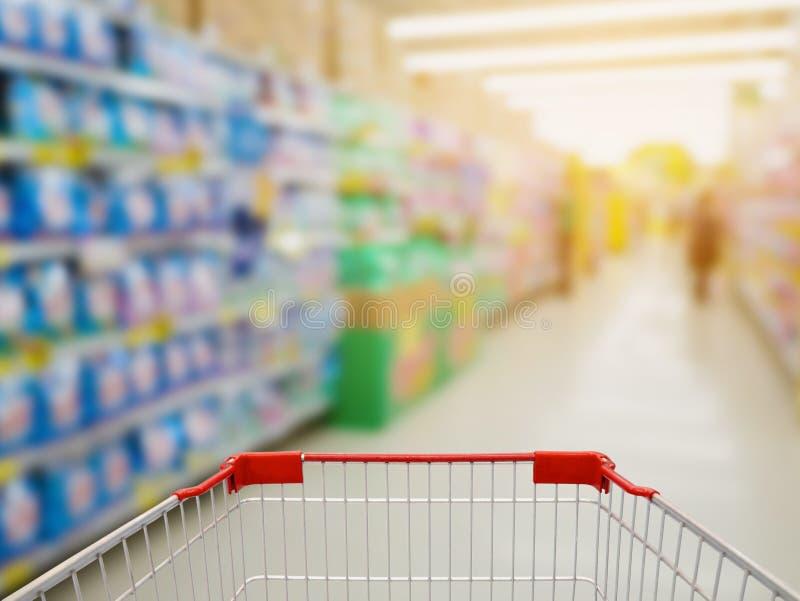 Prateleiras detergentes na seção da lavanderia no supermercado imagem de stock royalty free
