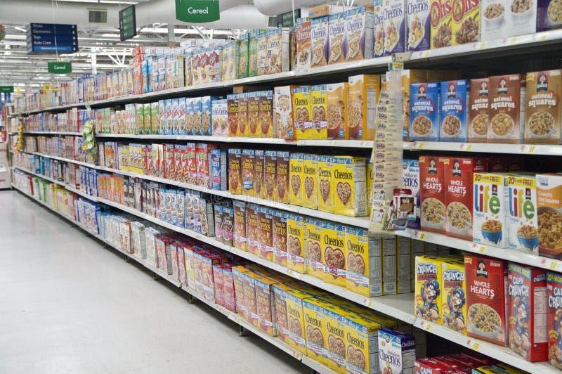 Prateleiras do cereal da mercearia fotografia de stock