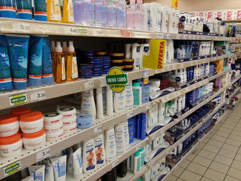 Prateleiras do champô no supermercado fotografia de stock