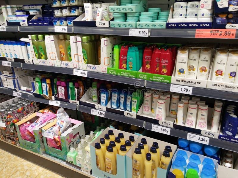 Prateleiras do champô no supermercado foto de stock royalty free