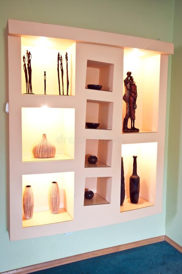 Prateleiras do rebaixo da parede com as decorações africanas do tema fotografia de stock