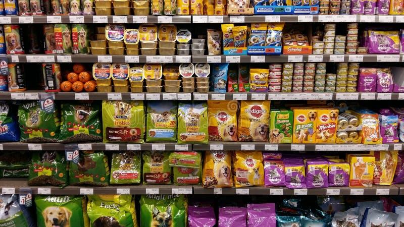 Prateleiras dos alimentos para animais de estimação no supermercado foto de stock