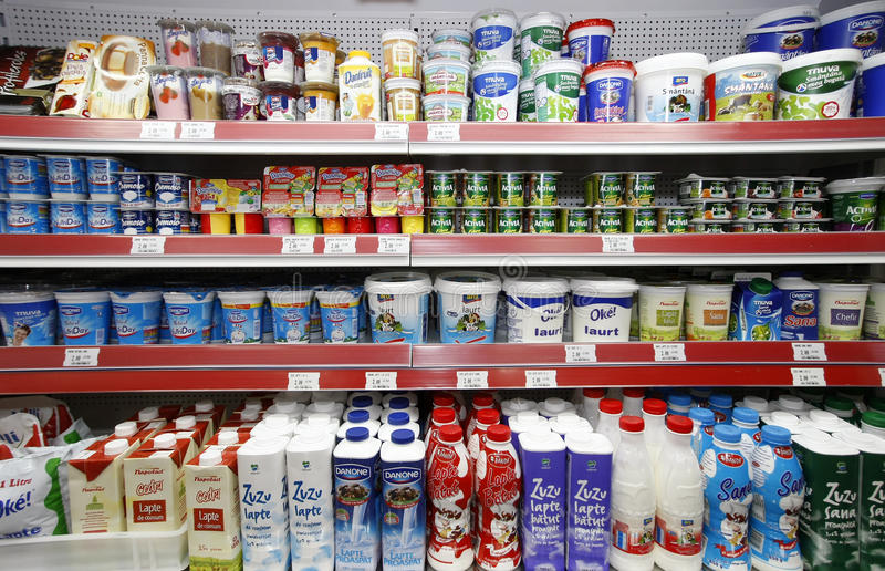 Prateleiras dos produtos de leite da compra do supermercado fotos de stock royalty free
