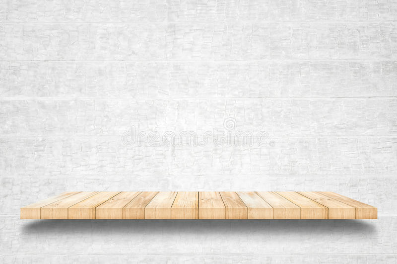 Prateleiras e fundo de madeira superiores vazios do muro de cimento foto de stock royalty free