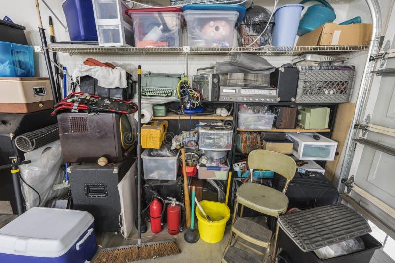Prateleiras suburbanas desordenadas desarrumado do armazenamento da garagem fotografia de stock royalty free