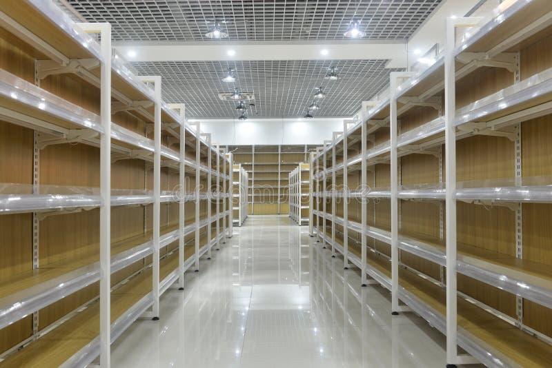 Prateleiras vazias do interior do supermercado fotografia de stock