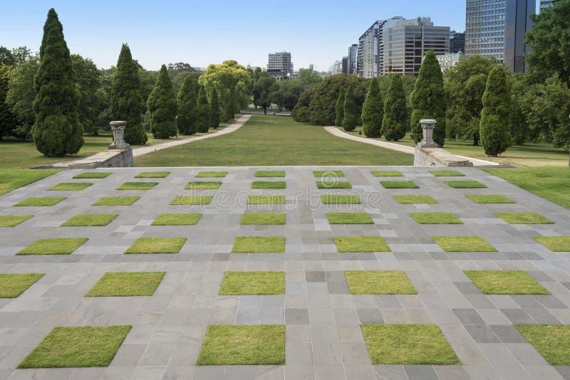 Prati inglesi Manicured, il santuario del ricordo, Melbourne, Australia fotografie stock