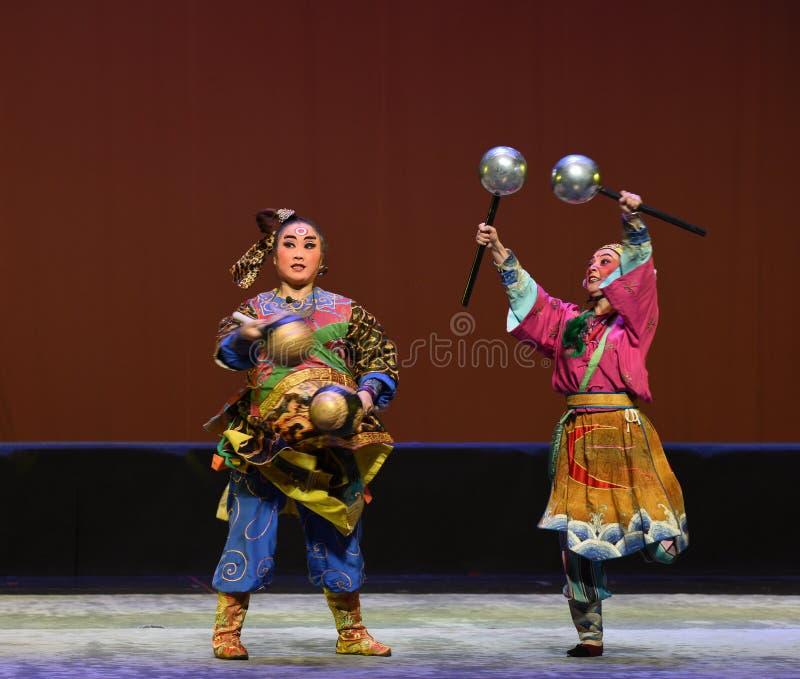 Pratia contro il martello d'argento--€œLittle Worriors di opera di Pechino del  del family†di Yeuh's fotografia stock libera da diritti