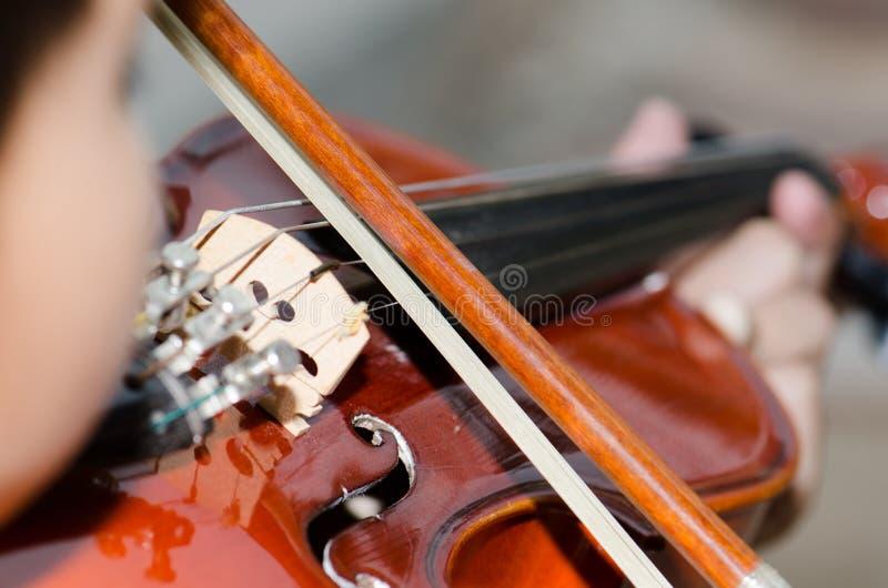 Pratica degli studenti che gioca il violino fotografie stock libere da diritti