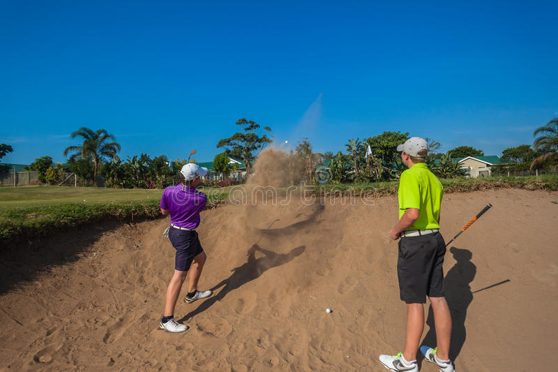 Pratica di Junior Players Sand Shots Golf  fotografia stock