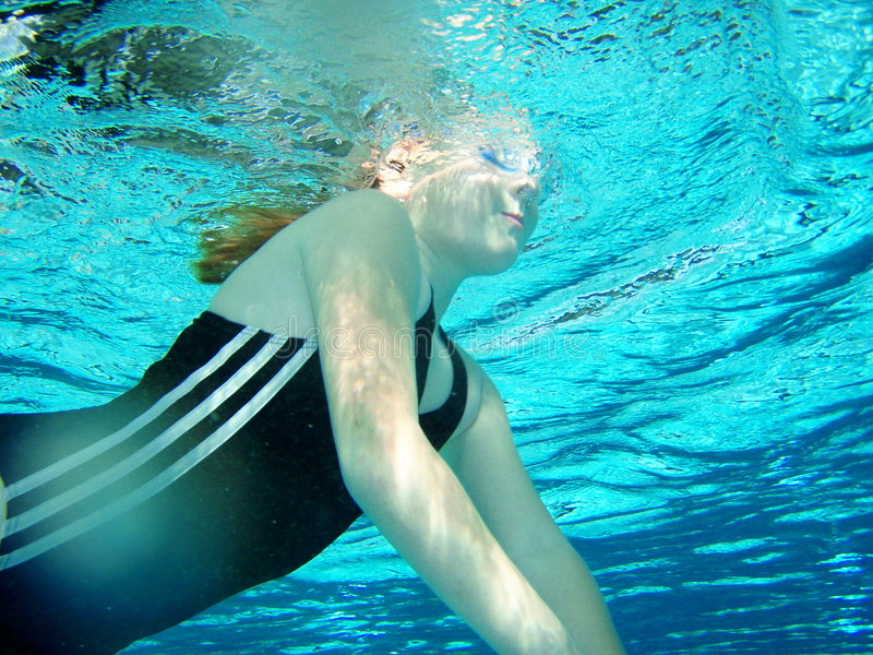 Pratica di nuotata fotografie stock
