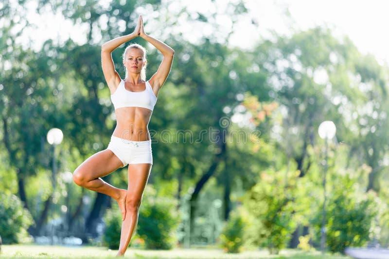 Pratica di yoga fotografie stock libere da diritti